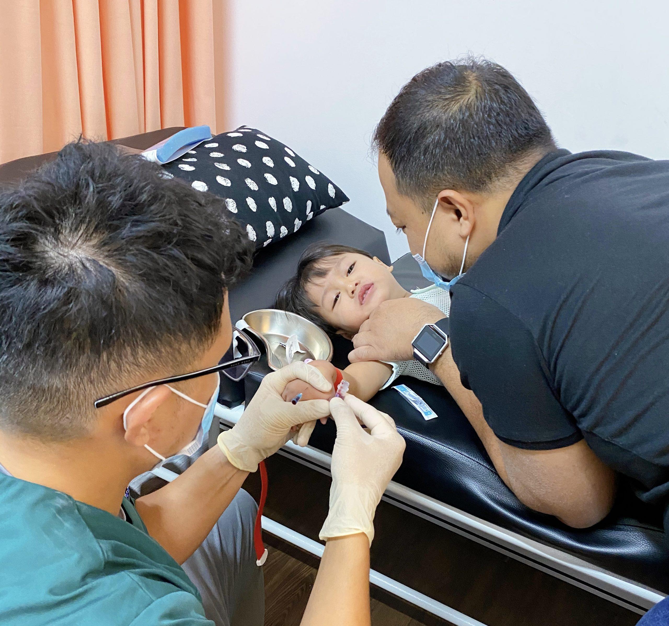 ambil darah bayi demam